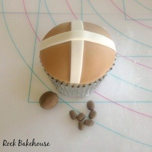 Hot Cross Bun Cupcake Tutorial